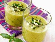 Лесна студена крем супа с тиквички и авокадо с кисело мляко, орехи и копър